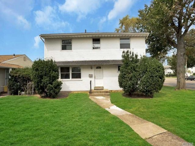 5 BR,  3.00 BTH Colonial style home in Hicksville