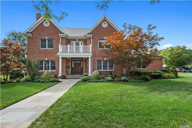 5 BR,  5.00 BTH Colonial style home in Garden City