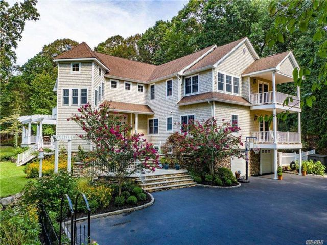5 BR,  6.00 BTH Colonial style home in Head Of Harbor