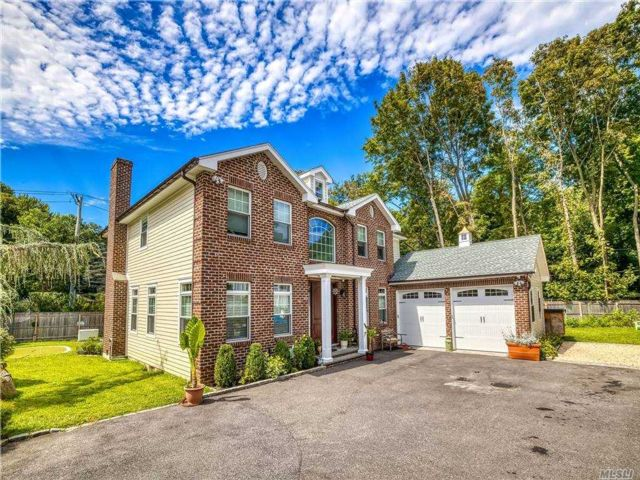 4 BR,  3.00 BTH Colonial style home in Locust Valley