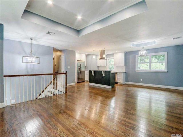 4 BR,  3.00 BTH Hi ranch style home in Dix Hills