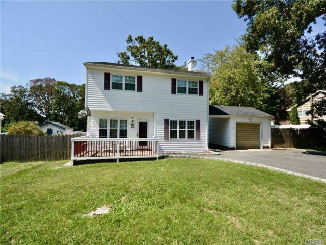 4 BR,  2.00 BTH  Colonial style home in Sound Beach