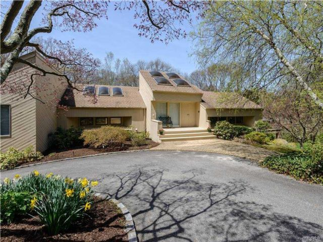 4 BR,  4.00 BTH Contemporary style home in Syosset