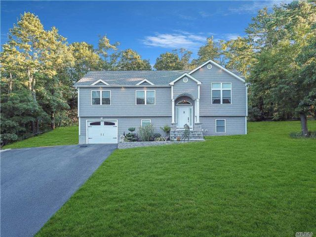 5 BR,  3.00 BTH  Hi ranch style home in Holtsville