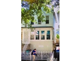 5 BR,  3.00 BTH Colonial style home in Cypress Hills