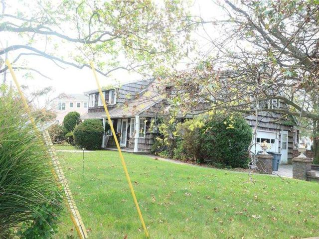 5 BR,  4.00 BTH Farm ranch style home in Amityville