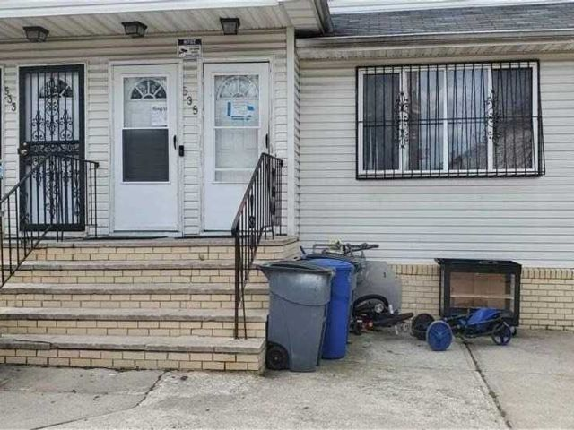 5 BR,  4.00 BTH  Colonial style home in Arverne
