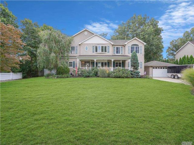 6 BR,  5.00 BTH Colonial style home in Centereach
