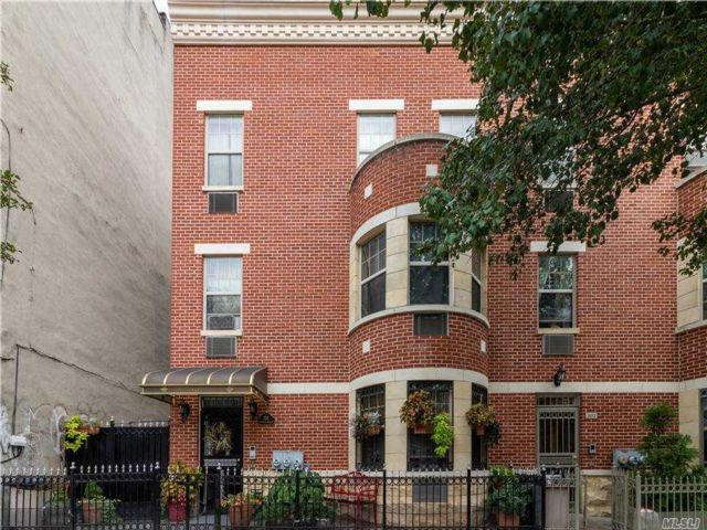7 BR,  5.00 BTH Trilevel style home in Crown Heights