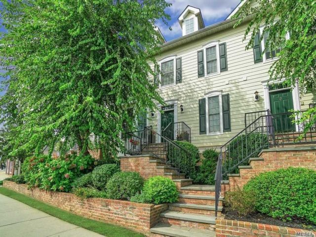 2 BR,  3.00 BTH  Townhouse style home in Oyster Bay