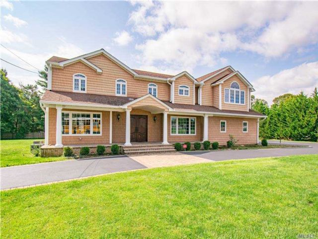 4 BR,  5.00 BTH Colonial style home in Dix Hills