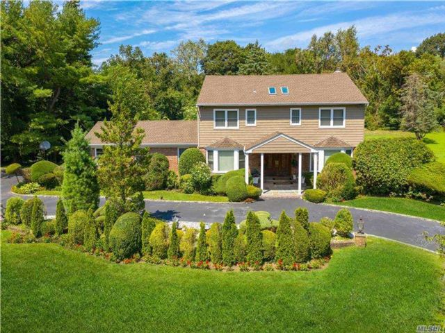 5 BR,  4.00 BTH  Colonial style home in Old Westbury