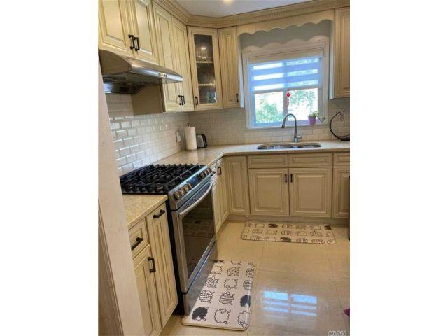 6 BR,  3.00 BTH Duplex style home in Bayside