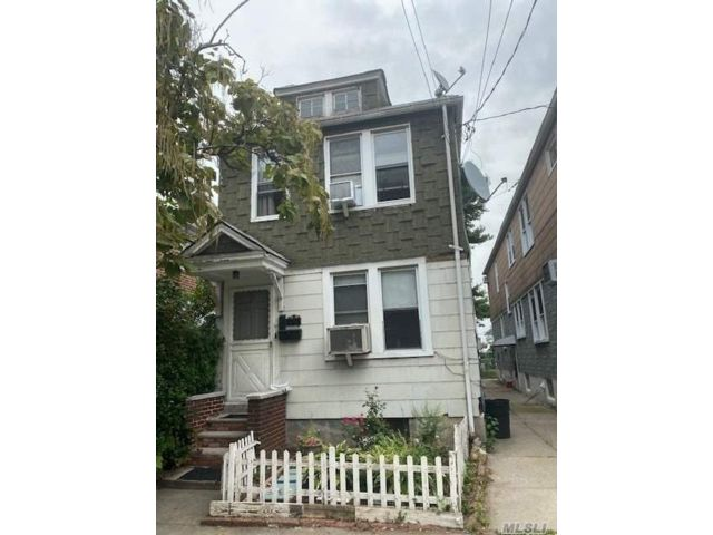 4 BR,  2.00 BTH Colonial style home in Woodside