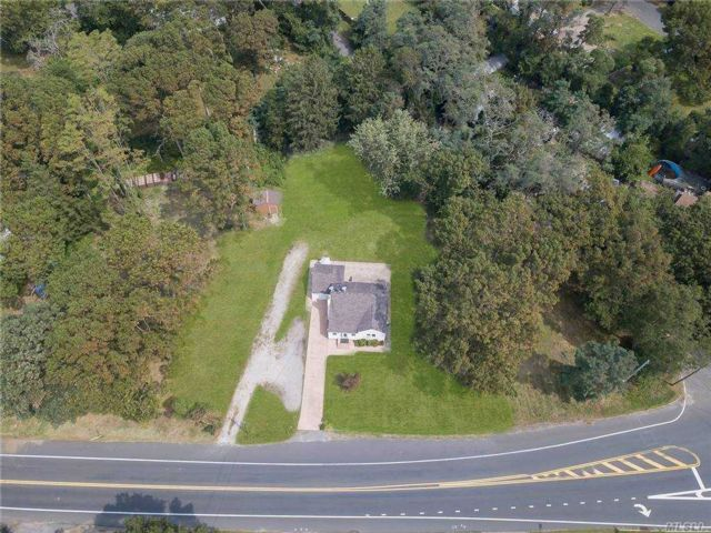 4 BR,  3.00 BTH Cape style home in Hauppauge