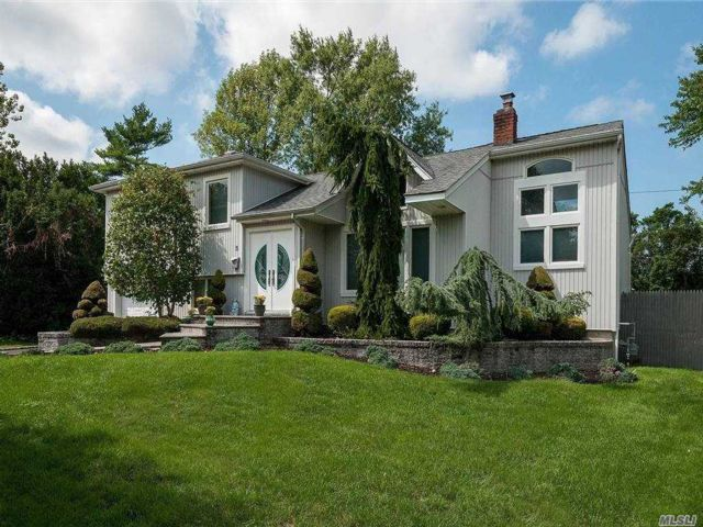 4 BR,  2.00 BTH Split level style home in Syosset