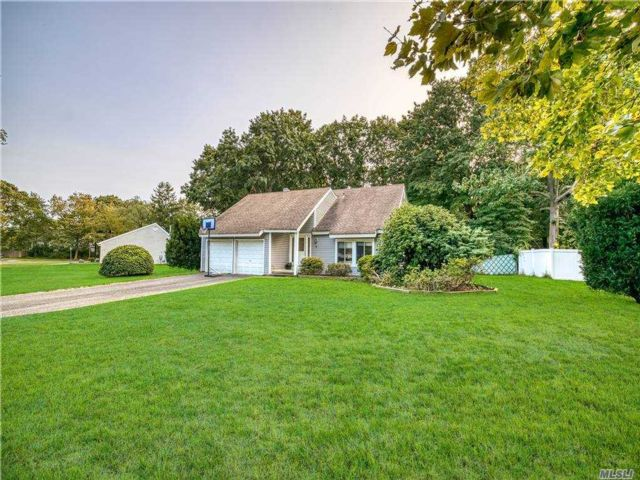 4 BR,  3.00 BTH Colonial style home in Coram