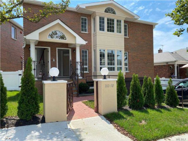 6 BR,  4.00 BTH  Colonial style home in Whitestone