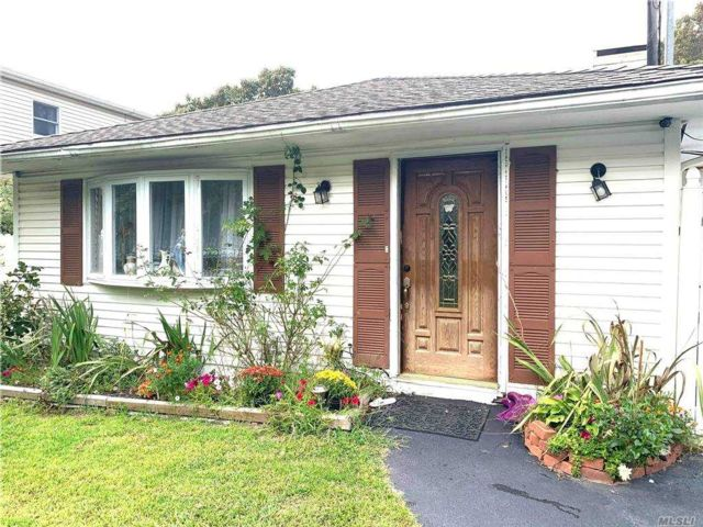 3 BR,  1.00 BTH  Ranch style home in Mastic