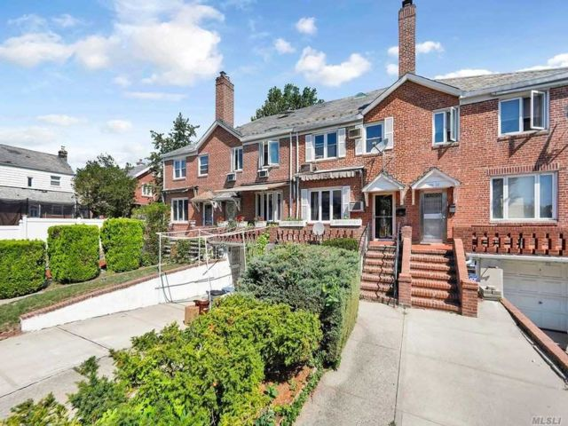 3 BR,  3.00 BTH Townhouse style home in Fresh Meadows