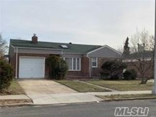 3 BR,  3.00 BTH Ranch style home in Little Neck