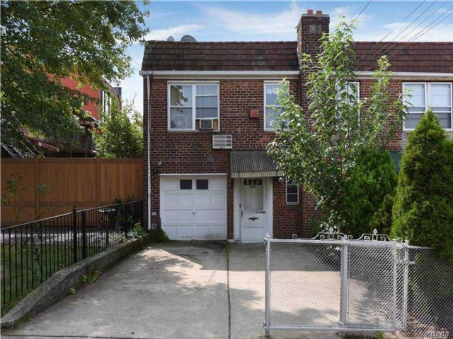 2 BR,  2.00 BTH 2 story style home in Astoria