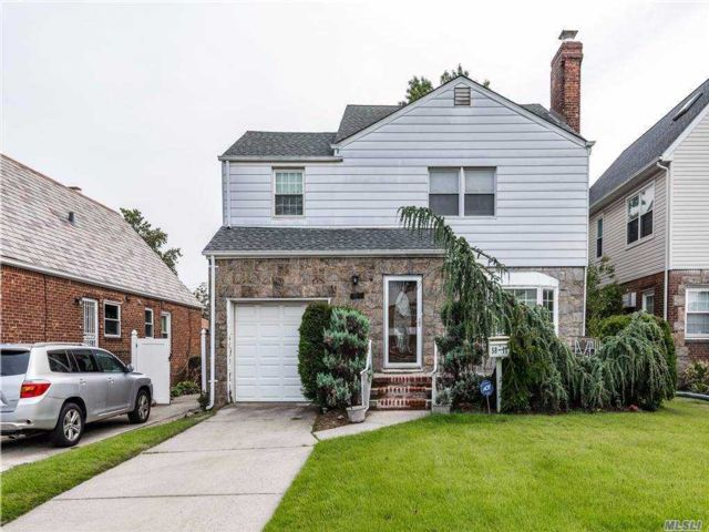 4 BR,  3.00 BTH Colonial style home in Bayside