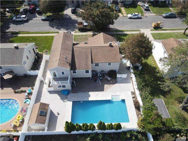 4 BR,  3.00 BTH Split level style home in Massapequa