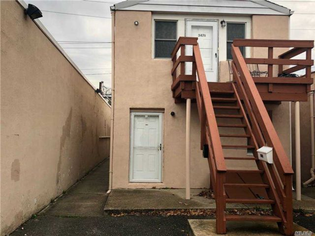 1 BR,  1.00 BTH  Apt in bldg style home in East Meadow