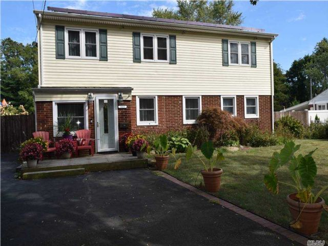 5 BR,  2.00 BTH  Exp ranch style home in Bay Shore