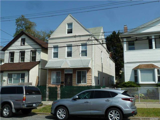 7 BR,  5.00 BTH Colonial style home in Bayside