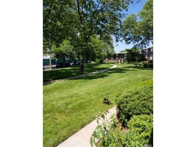 1 BR,  1.00 BTH Mid rise style home in West Hempstead