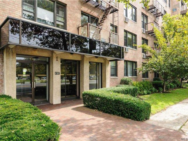1 BR,  1.00 BTH Mid rise style home in Mineola