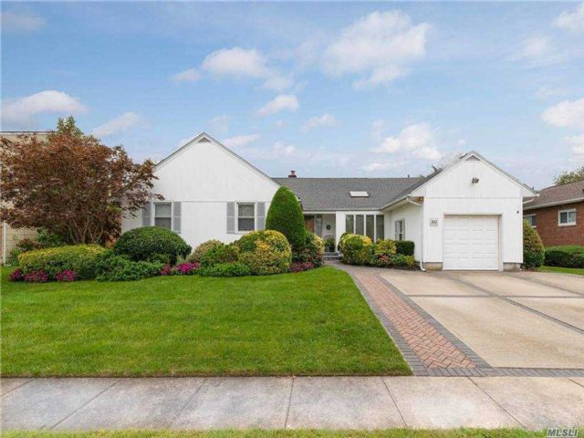 5 BR,  3.00 BTH  Ranch style home in East Rockaway