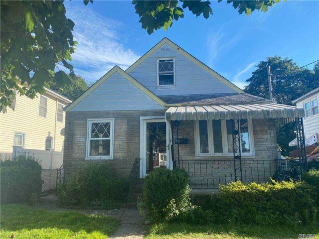 3 BR,  1.00 BTH Exp cape style home in West Hempstead