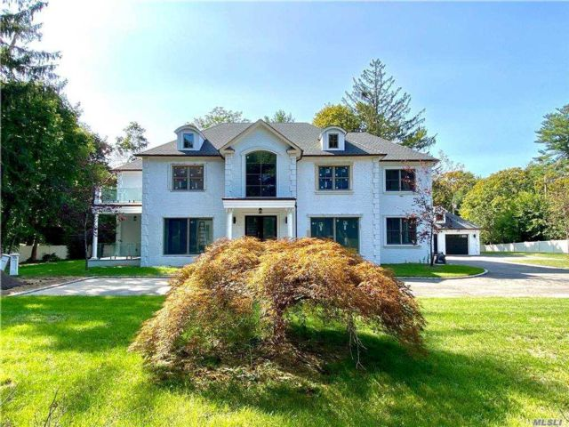 6 BR,  7.00 BTH  Colonial style home in Roslyn Harbor
