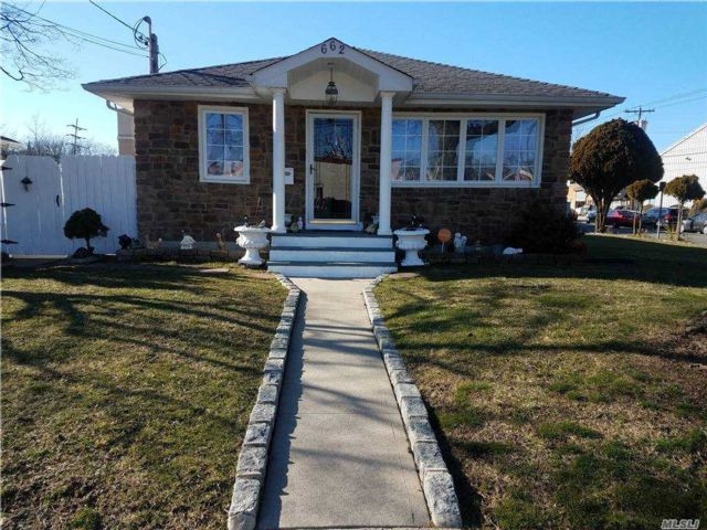 3 BR,  3.00 BTH Ranch style home in West Hempstead