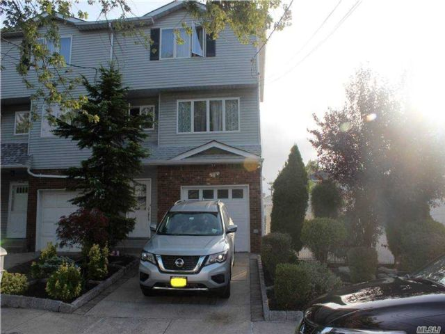 3 BR,  3.00 BTH  Townhouse style home in Great Kills