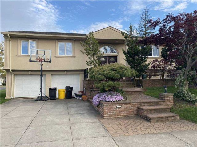 6 BR,  3.00 BTH Hi ranch style home in North Woodmere