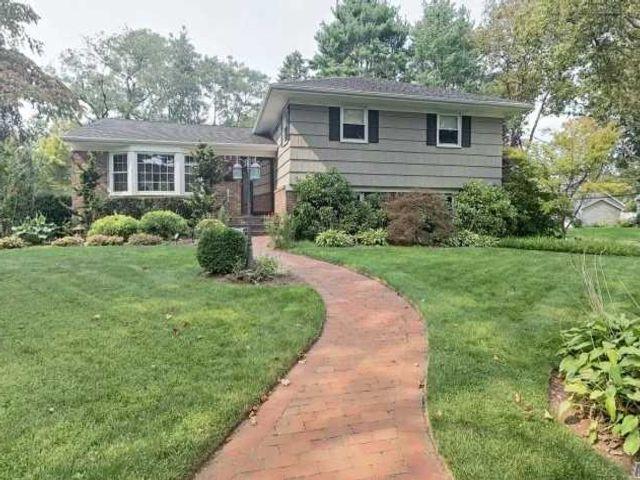 4 BR,  3.00 BTH Split level style home in Huntington