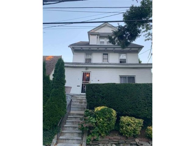 5 BR,  4.00 BTH Colonial style home in Mount Vernon