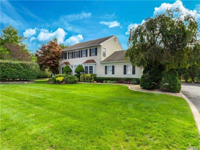 4 BR,  3.00 BTH Colonial style home in Mt. Sinai