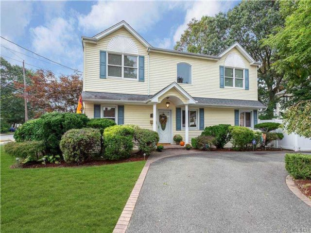 4 BR,  2.00 BTH  Colonial style home in Massapequa