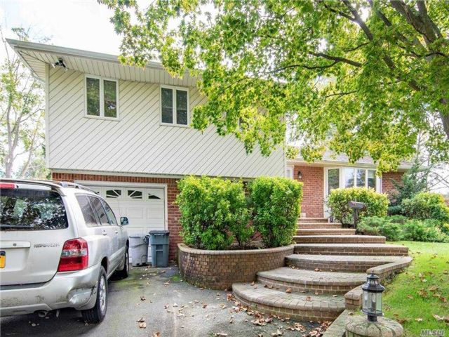 4 BR,  3.00 BTH Split level style home in Melville
