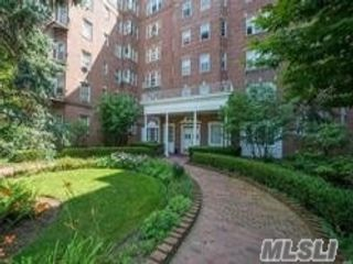 1 BR,  1.00 BTH Mid rise style home in Jamaica Hills