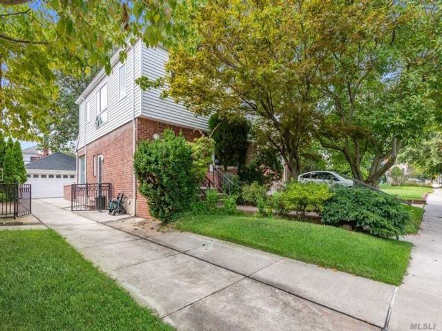 5 BR,  3.00 BTH Contemporary style home in Bayside