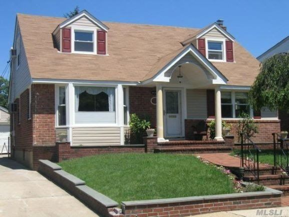 4 BR,  3.00 BTH  Cape style home in Mineola