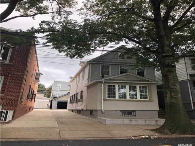 2 BR,  3.00 BTH  Duplex style home in Woodside