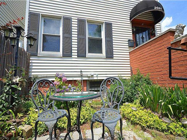 5 BR,  2.00 BTH 2 story style home in Soundview