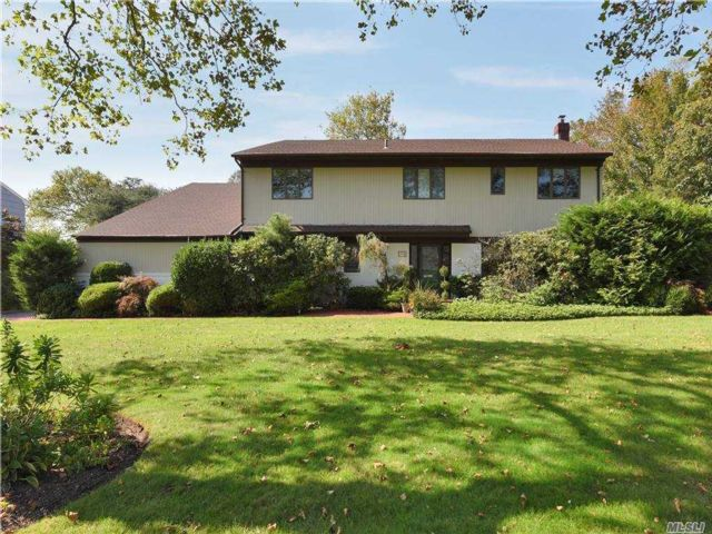 5 BR,  5.00 BTH Exp ranch style home in Woodsburgh